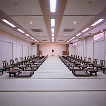 This hall is 100 mats in size and accommodates 130 people. (We can also prepare chairs if needed.) Three small banquet rooms (16 mats/20 people each) are also available.